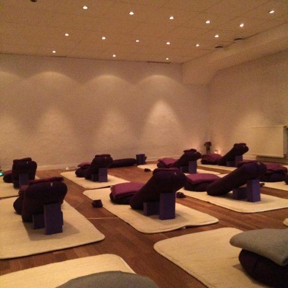 "Restorative Yoga ""Relax and Recharge"" – Sön 16:e dec kl 16.30-19.30"