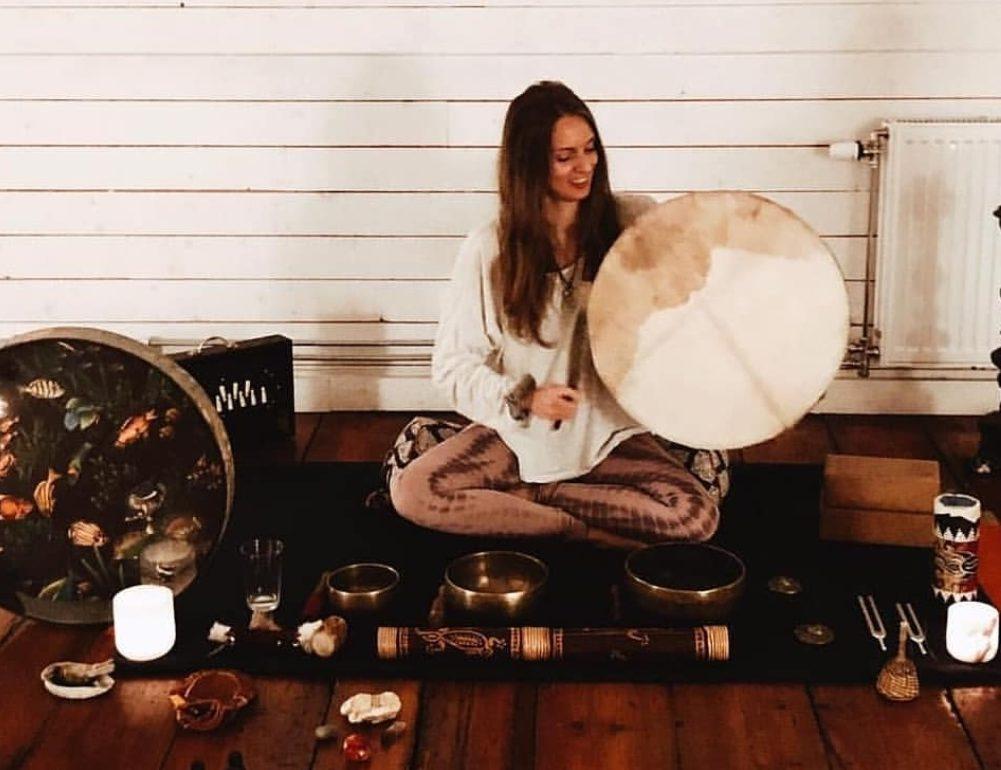 YIN & SOUNDBATH - Sträck Ut & Bada i Ljud med Julia Nilsson på YogaMana - Fre 27 dec kl 15-18