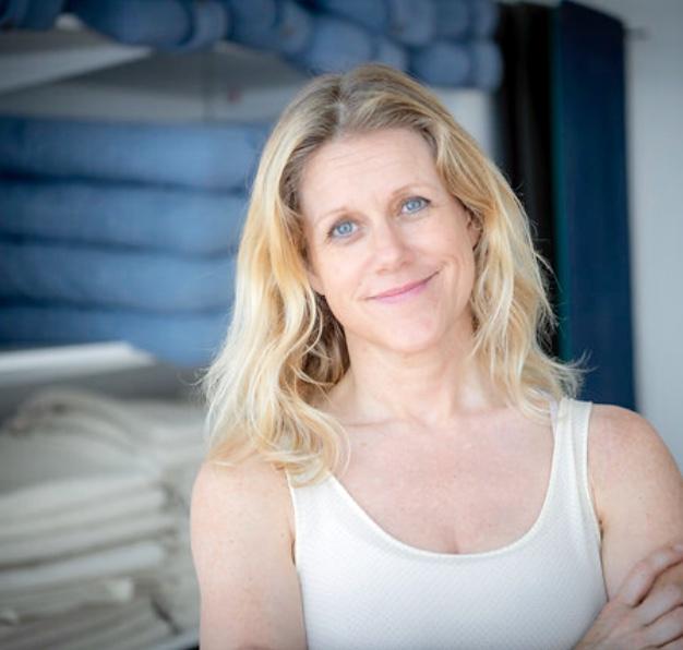 Sarah Jonsson yogalärare på YogaMana Östermalm i Stockholm