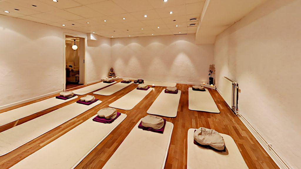 Kursstarter i Lugn Yoga 28 okt - 3 nov hos YogaMana Östermalm